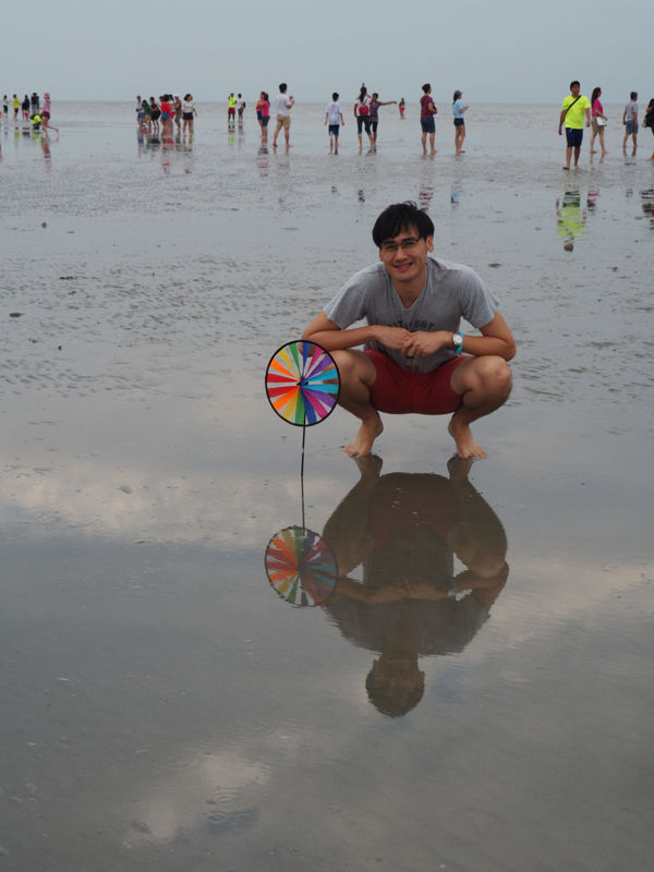 Colorful objects make good props at the Sky Mirror Kuala Selangor