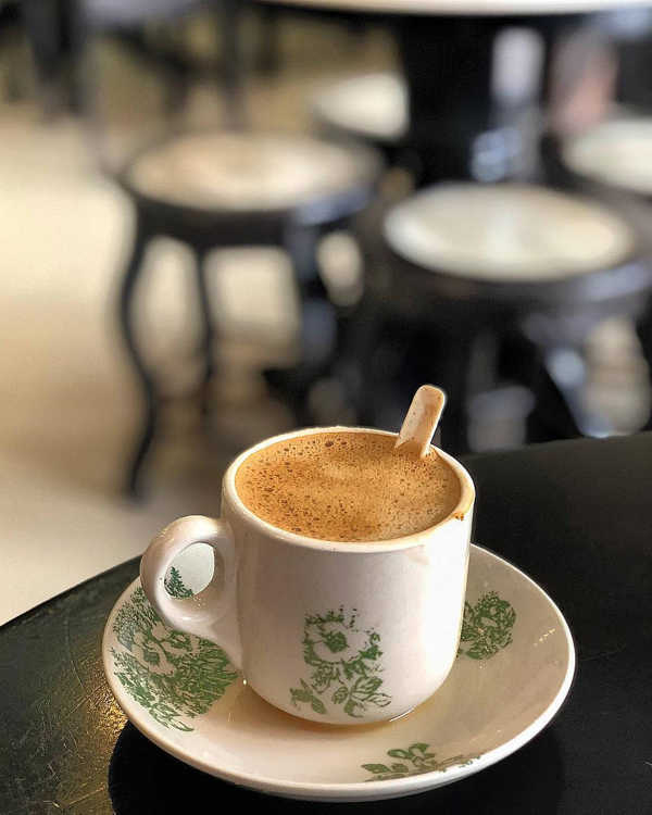 Enjoy a cup of Ipoh white coffee at a kopitiam