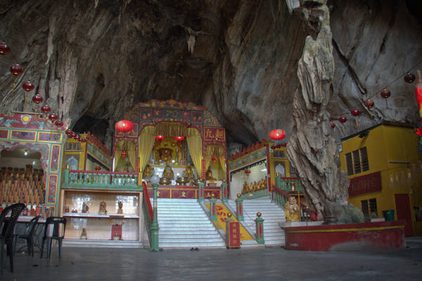 Inside Dong Hua Cave Temple