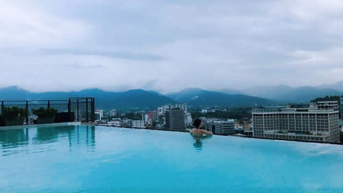 Pool view from Weil Hotel rooftop - photo credits to tautau.s (Instagram)