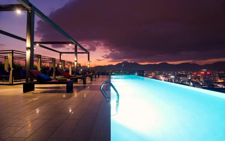 The infinity pool on top of Weil Hotel Ipoh - more Ipoh hotels on www.travelswithsun.com